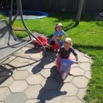 Malthe og Malia hygger i haven en sommerdag