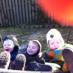 Malia,Malthe og Peter hygger i sansegyngen i haven