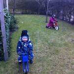 Malthe & Alvina cykler i haven