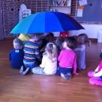 Trængsel under paraplyen i legestuen:)